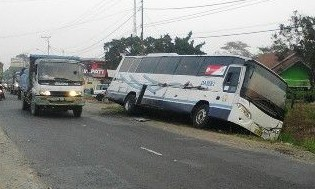 Bus Damri Jurusan Metro-Jakarta Terperosok di Bedeng 12A