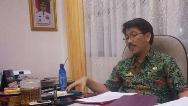 Aparat Pol PP Lampung Tengah Tertibkan Alat Peraga Kampanye