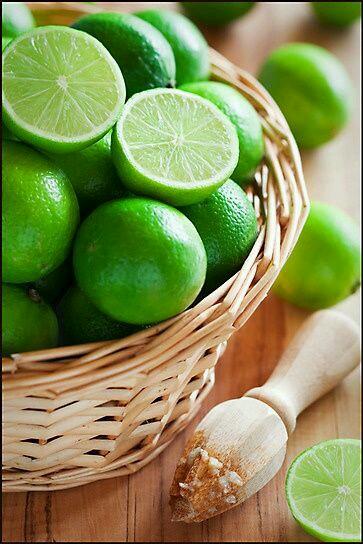 Memulai hari dengan segelas air hangat dicampur perasan jeruk nipis dapat memberikan manfaat yang baik bagi tubuh | foto: ilustrasi