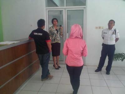 Awak media dilarang masuk ruang rapat monitoring dan evaluasi pembangunan Tol Lampung di Kantor BPKP, Selasa, 22/9/2015 | Widya/jejamo.com