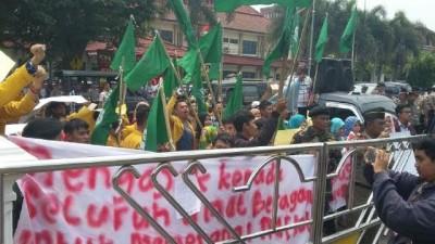 Puluhan mahasiswa dan ormas demo di depan Kantor Pemkot Lampung, mereka protes dibukanya kembali City Spa Lampung, Rabu, 16/9/2015 | Nizar/jejamo.com