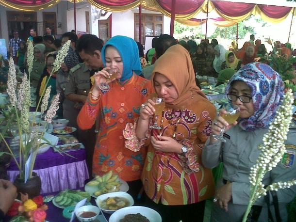 Ketua Tim Penggerak PKK Kabupaten Lampung Tengah Hj  Nesi Mustafa (tengah), saat mencicipi minuman tradisyonal dari kulit nanas | Raeza/jejamo.com