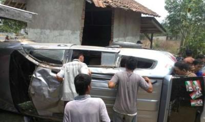 Mobil yang ditumpangi Imam Suhadi ringsek setelah terpental dan menabrak rumah penduduk | Raeza/jejamo.com