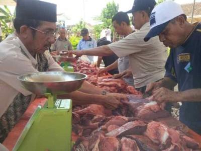 Panitia kurban Masjid Baiturrahman, Beringin Raya, Kemiling, tengah menyiapkan 1.600 paket daging kurban | Arir/jejamo.com