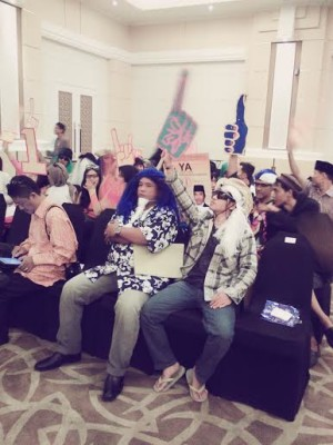Pendukung pasangan nomor urut satu  M Yunus- Ahmad Muslimin, berani tampil beda dengan memakai wig dari tali rafila | Jejamo.com