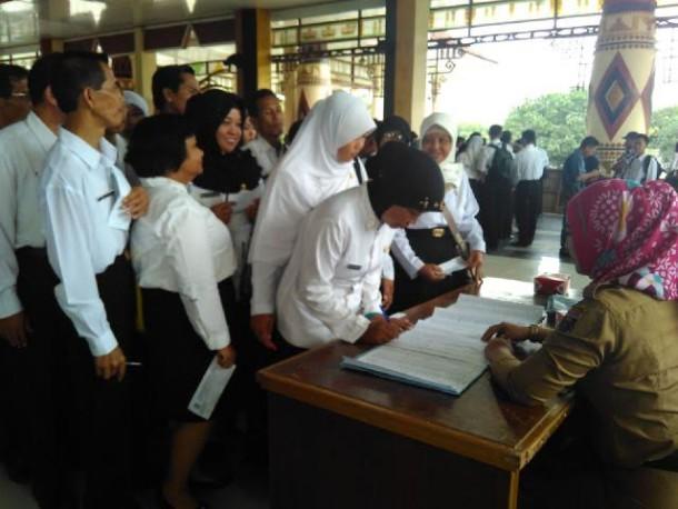 CPNS K2 Lamteng mengambil SK di Nuwo Balak, Rabu, 2/9/2015 | Raeza/jejamo.com