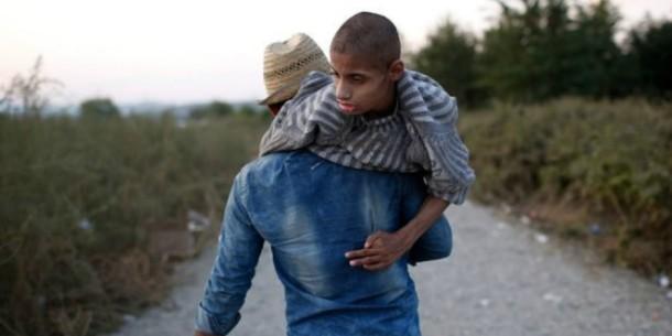 Pengungsi suriah menggendong adiknya yang difable | Mirror.co.uk