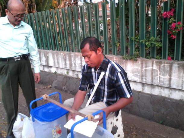 Andi(51), warga Pengajaran, Bandar Lampung. Tunanetra tak mejadi alasan baginya untuk berhenti bekerja, ia terus semangat mencari nafkah demi istri dan anaknya | Widya/kontributor