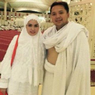 Ridho Ficardo dan Aprilani Yustin berfoto bersama saat menjalankan ibadah haji di Makkah Al Mukarromah, Arab Saudi | ist