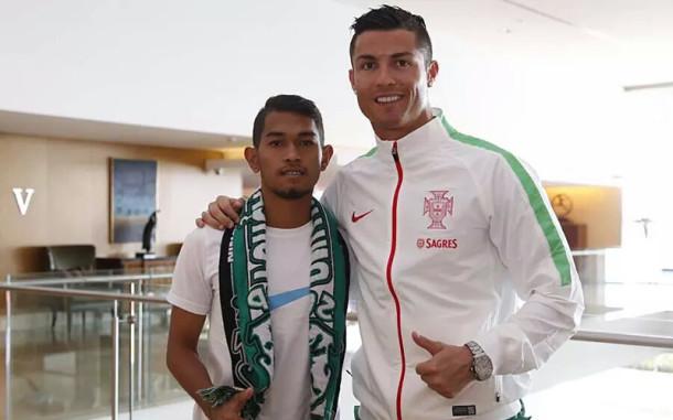 Ronaldo Memberikan iPhone Mahal untuk Martunis