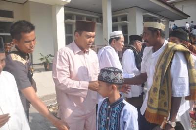 Rycko Menoza bersalaman dengan warga Lampung Selatan | ist