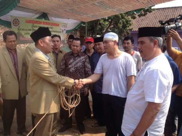 Ketua IKAPTK Lampung Tauhidi menyerahkan satu ekor sapi kepada warga RT 05, Lingkungan II, Kelurahan Langkapura, Kecamatan Kemiling, Bandar Lampung, Sabtu, 26/9/2015 | Widya/jejamo.com