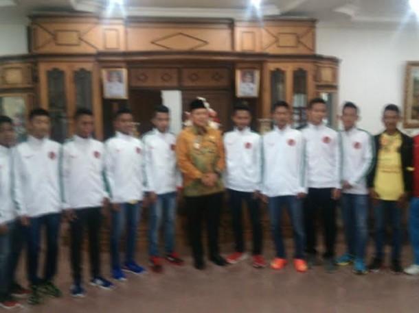 Bupati Mustafa berfoto bersama tim sekolah sepakbola | Raeza/jejamo.com