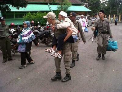 Anggota Satpol PP gendong seorang jamaah haji Lampung lanjut usia | Widya/jejamo.com