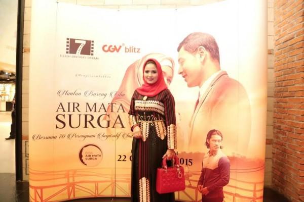 Aprilani Yustin kenakan gaun dengan motif tapis pada Premier FIlm Air Mata Surga | MRF