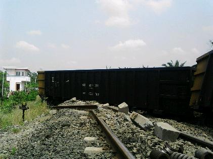 Kereta Babaranjang Tergelincir di Natar Lampung Selatan, Warga Berkerumun