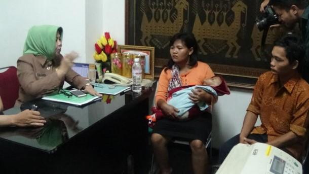 Bayi penderita Hydocephalus dibawa ke Kantor Gubernur Lampung, Senin, 12/10/2015 | Sugiono/jejamo.com