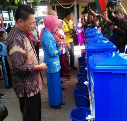 Ketua TP-PKK Bandar Lampung, Pori Karlia Sulpakar, S.Pd., saat acara Hari Cuci Tangan Pakai Sabun Sedunia di SDN 1 Sukaraja, Bumi Waras, Jumat (16/10/2015). | Robby/Jejamo.com
