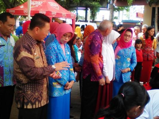 Assisten lll Bandar Lampung, Saad Asnawi, disela-sela acara Hari Cuci Tangan Pakai Sabun Sedunia di SD N 1 Sukaraja, Jumat (16/10/2015). | Robby/Jejamo.com