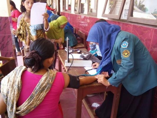 Mahasiswa Fakultas Kedokteran Universitas Lampung mengadakan bakti sosial di Kelurahan Bakung, Minggu, 11/10/2015. | Dokumentasi Panitia
