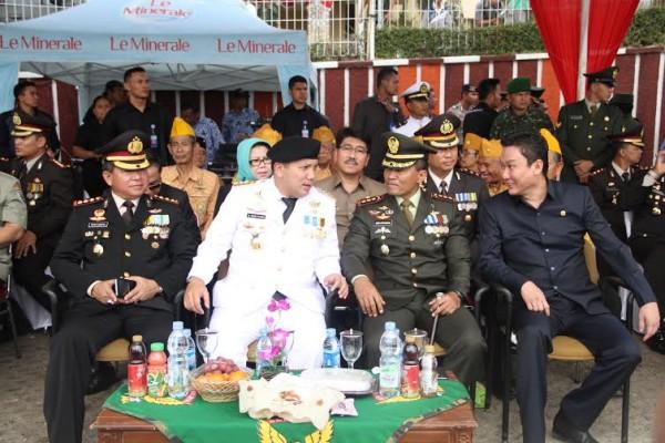 Gubernur Lampung M Ridho Ficardo tengah berbincang dengan  Danrem 043/Gatam Kolonel (Inf) Joko Putranto | Sugiono/jejamo.com