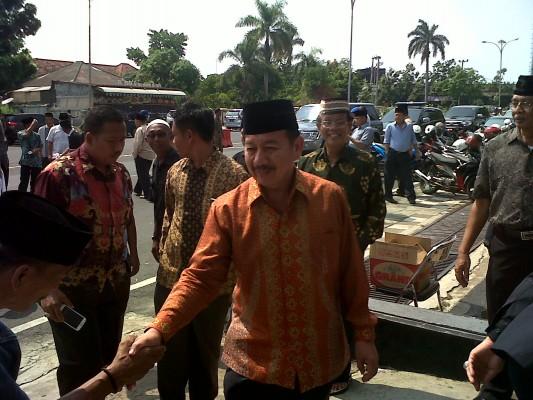 Mantan Wali Kota Bandar Lampung, Herman HN, saat tiba di kediaman Almarhum H. Thabranie Daud, Minggu (18/10/2015). | Widya/Jejamo.com