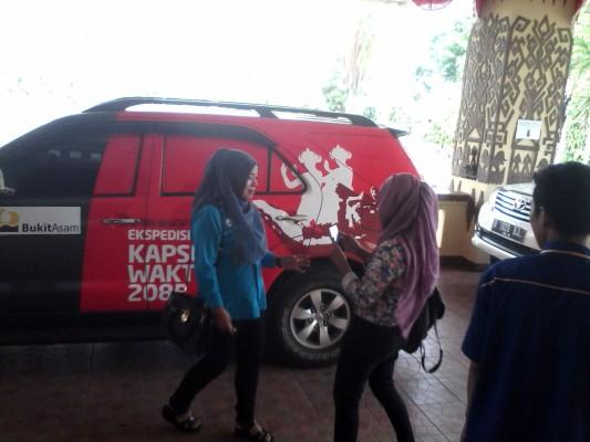 Sejumlah Wartawan Bandar Lampung melakukan Selfie Di Mobil Kapsul Waktu 2085, Jumat (16/10/15) | Widyaningrum/Jejamo.com