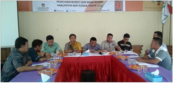KPU Way Kanan membahas debat kandidat kepala daerah di kantor setempat, Jumat, 9/10/2015. | Ist
