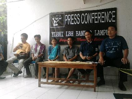 LBH Bandar Lampung menggelar konferensi pers terkait kematian Tarmuzi oleh terduga oknum Polsek Biha. Acara digelar di kantor LBH, Sabtu, 24/10/2015. | Sugiono/Jejamo.com