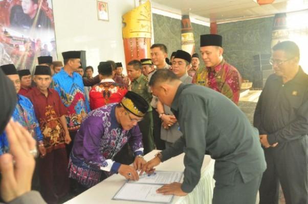Tokoh masyarakat dan adat Lampung Tengah menandatangani deklarasi kesepakatan pengamanan Lampung Tengah. | Ist.