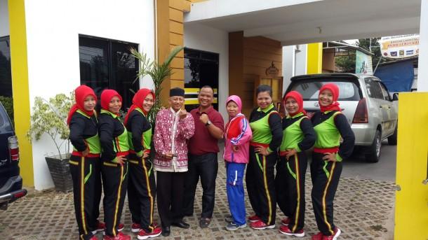 Sekretaris Umum DPD PKS Bandar Lampung Agus Djumadi (tengah) bersama Tim Senam Jantung yang akan berlaga dalam ajang nasional di Bali. | Ist