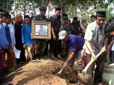 Suasana pemakaman mantn Wali Kota Bandar Lampung Thabranie Daud di desa pampangan, Way Lima, Pesawaran, Minggu siang, 18/10/2015. | Widyaningrum/Jejamo.com