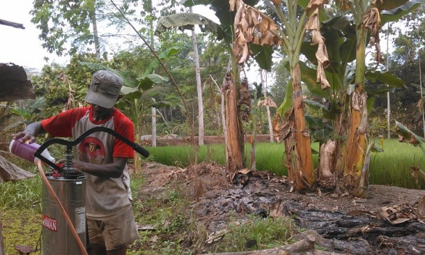Seorang petani di Lampung Timur sedang mempersiapkan obat pembasmi hama walang sangit, Jumat, 23/10/2015. | Winar/Jejamo.com