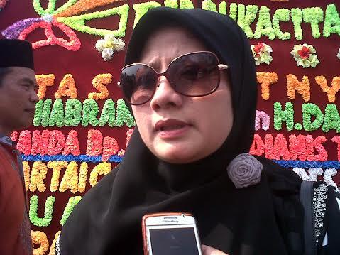 Anggota DPRD Lampung Ririn Kuswantari saat melayat ke rumah duka almarhum Thabranie Daud, Minggu, 18/10/2015, di Pahoman, Bandar Lampung. | Widyaningrum/Jejamo.com