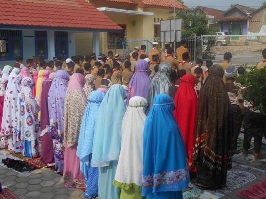 Sejumlah siswa dan guru SDIT Fitrah Insani Kedamaian Bandar Lampung menggelar salat minta hujan, Jumat, 9/10/2015. | Ist