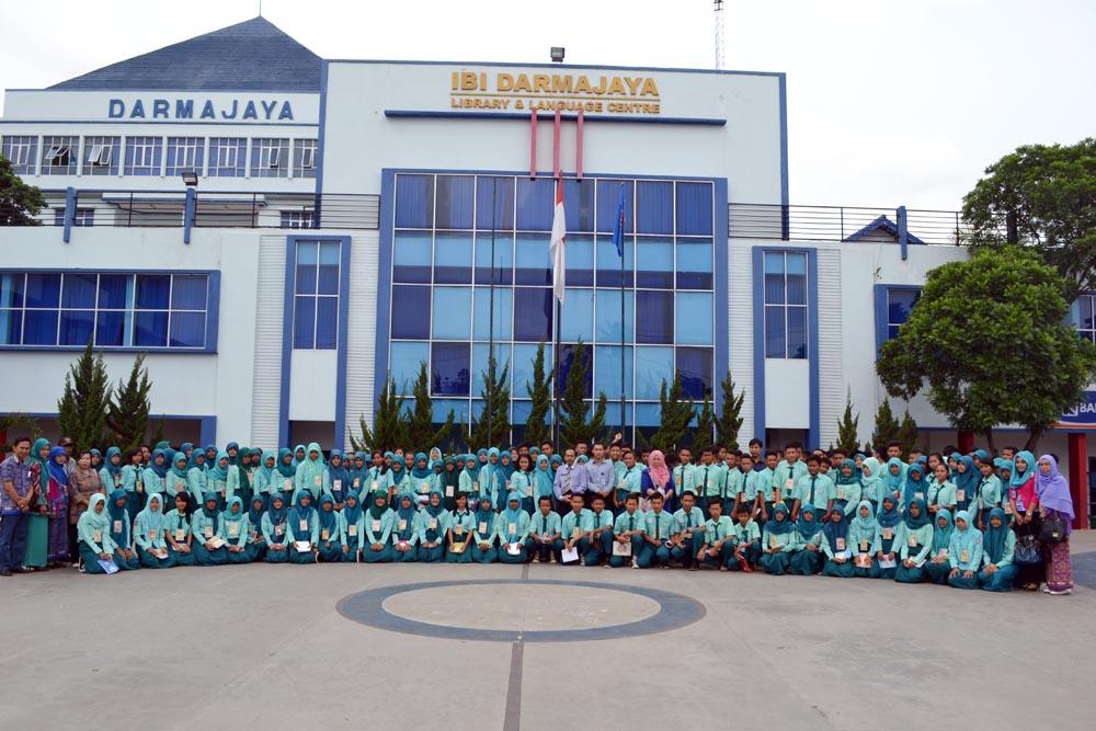 SMA 2 Tumijajar Tulang Bawang melakukan kunjungan industri di perguruan tinggi Darmajaya, Kamis (22/10/2015)