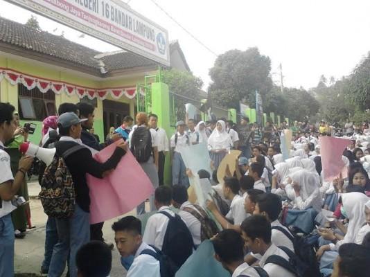 Siswa SMAN 16 Bandar Lampung Mogok sekolah, Senin, 12/10/2015 | Sugiono/jejamo.com