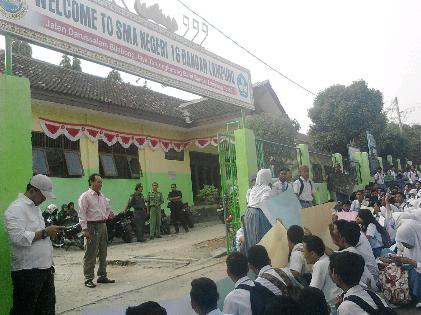 Siswa SMAN16 Bandar Lampung berunjuk rasa di depan gerbang sekolah | Sugiono/jejamo.com