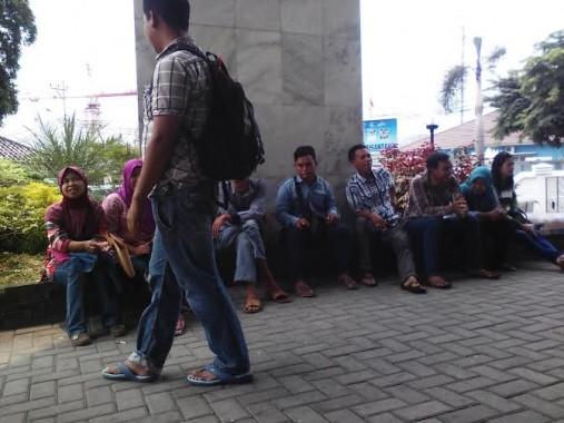 Para tenagakerja sedang menunggu antrean di  Kantor BPJS Ketenagekerjaan Bandar Lampung yang beralamat di Jalan Dr Warsito, Telukbetung, Bandar Lampung | Robby/jejamo.com