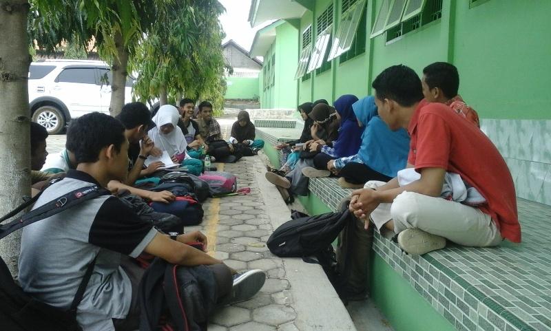 Unit Kegiatan Mahasiswa Penelitian (UKMP) Universitas Lampung berdiskusi tentang penelitian dengan siswa SMAN 13 Bandar Lampung, Sabtu (24/10/2015). | Ist.