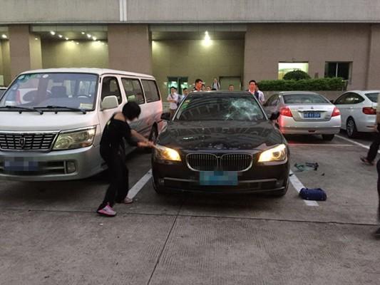 Wanita di China Ini Hancurkan Mobil Suami Selingkuh