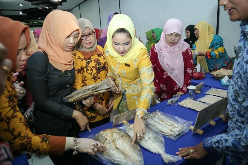 Ketua Umum Forum Peningkatan Konsumsi Ikan (Forikan) Aprilani Yustin Ficardosaat menghadiri Diseminasi dan Fasilitasi Rakor Forikan, Rabu, 28/10/15. | Ist.