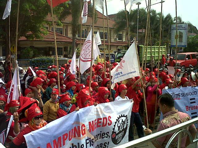 Puluhan buruh PT Phillips Seafoods Indonesia berdemontrasi di depan Kantor Pemerintahan Kota Bandar Lampung, Jumat, 30/10/2015. | Andi/Jejamo.com