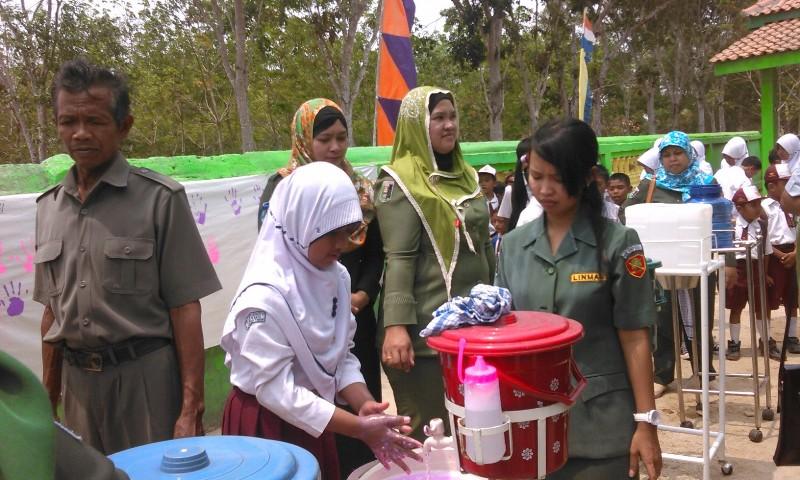 Peringatan Hari Cuci Tangan Sedunia di SDN 1 Labuhan Ratu 6 Kabupaten Lampung Timur, Senin (26/10/2015). | Winar/Jejamo.com