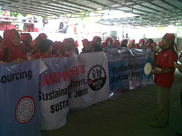 Aksi demo para buruh PT. Phillips Seafoods Indonesia di Kantor Dinas Tenaga Kerja Kota Bandar Lampung, Jumat, 30/10/2015. | Andi/Jejamo.com