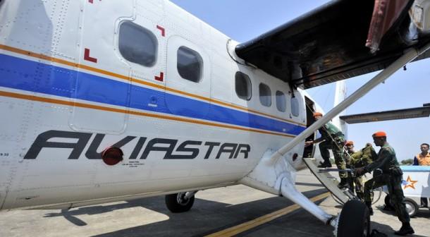 Tim SAR TNI AU melakukan persiapan saat akan melakukan pencarian pesawat Aviastar DHC6/PK-BRM yang hilang di Bandara Sultan Hasanuddin Makassar, Sulawesi Selatan, Sabtu (3/10). Hingga saat ini TIM SAR belum menemukan pesawat Aviastar DHC6/PK-BRM yang hilang kontak setelah lepas landas dari Bandara Andi Jemma, Masamba, Kabupaten Luwu Utara, menuju Makassar pada Jumat (02/10) 2015 dan titik pencarian difokuskan pada empat kabupaten yakni kabupaten Luwu, Palopo, Enrekang dan Toraja. ANTARA FOTO/Yusran Uccang/nz/15