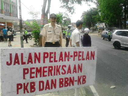 Razia kendaraan di Jl. Imam Bonjol Kelurahan Gedong Air Bandar Lampung, Selasa, 27/10/15. | Sugiono/Jejamo.com