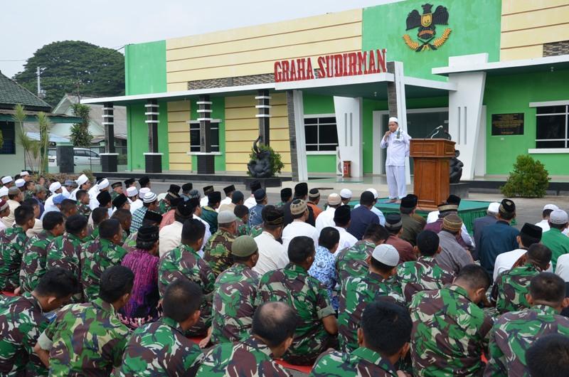 Puluhan anggota Korem 043/Gatam melakukan sholat Istisqa, Rabu, 28/10/2015. | Ist.