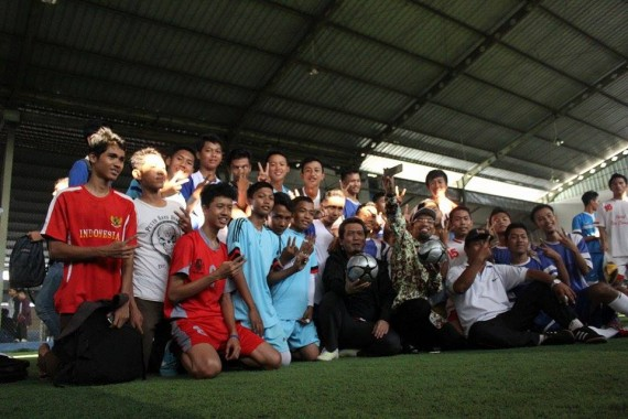 Calon wali kota Abdul Hakim bersama anggota DPR Almuzzammil Yusuf berfoto bersama kaum muda Metro di Gedung Olahraga Intan Futsal, Sabtu, 21/11/2015. | Ist