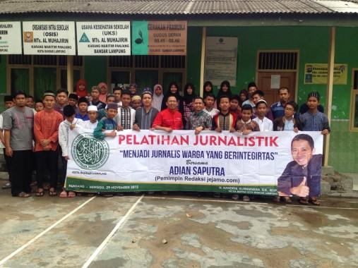 Peserta pelatihan jurnalistik yang diadakan DPD BKPRMI Bandar Lampung berfoto usai acara di MTs Muhajirin, Panjang, Minggu, 29/11/2015. | Ist
